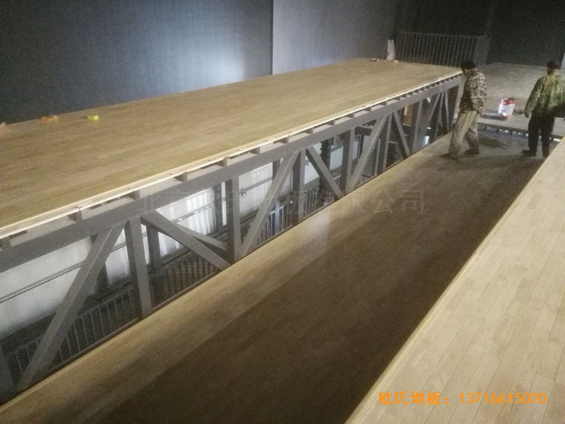 河北承德滦平一中升降舞台体育木地板安装案例2